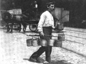 niño llevando cerveza